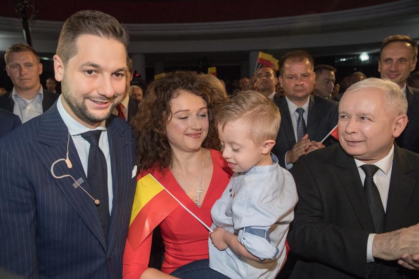 Patryk Jaki z rodziną i prezesem PiS na swojej konwencji wyborczej /Andrzej Iwańczuk /Reporter