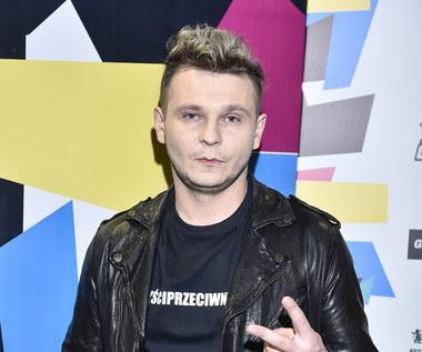 """Patryk Kumór i """"Hooligan"""": Modny Tata w teledysku"""