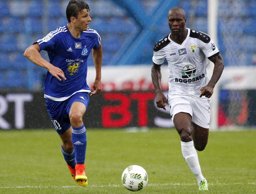Patryk Lipski (z lewej) i Leandro (z prawej) podczas meczu /Andrzej Grygiel /PAP