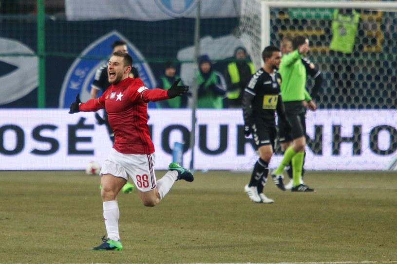 Patryk Małecki świętuje po pięknym golu z Koroną Kielce /Jan Graczyński /East News