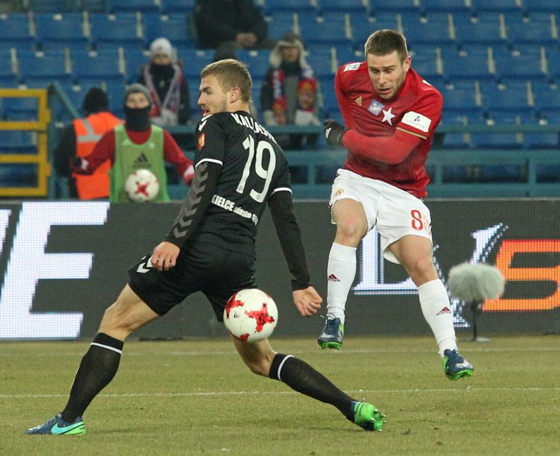Patryk Małecki (z prawej) był najlepszym piłkarzem meczu Wisła - Korona /Stanisław Rozpędzik /PAP