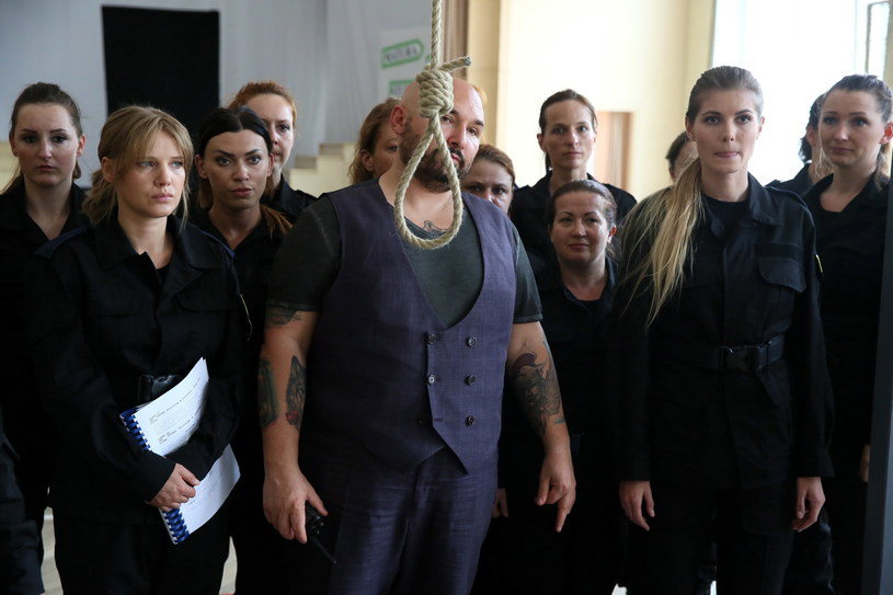 """Patryk Vega (C) na planie filmu """"Pitbull. Niebezpieczne kobiety"""" /Tomasz Gzell /PAP"""