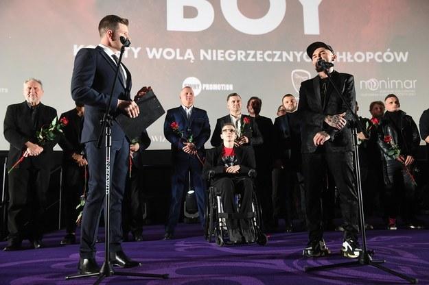 """Patryk Vega i aktorzy na premierze filmu """"Bad Boy"""". /Radek  Pietruszka /PAP"""