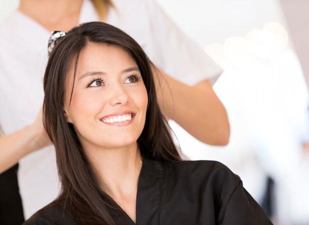 Patrząc na kobiece fryzury nie można zapomnieć również o kolorze włosów /123RF/PICSEL
