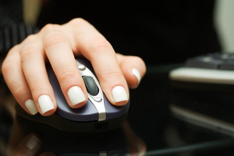 Patrzenie na ręce pracownikom czasami może przynieść efekt odwrotny od zamierzonego /123RF/PICSEL
