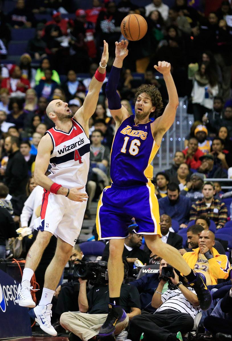 Pau Gasol z Los Angeles Lakers blokowany przez Marcina Gortata /AFP
