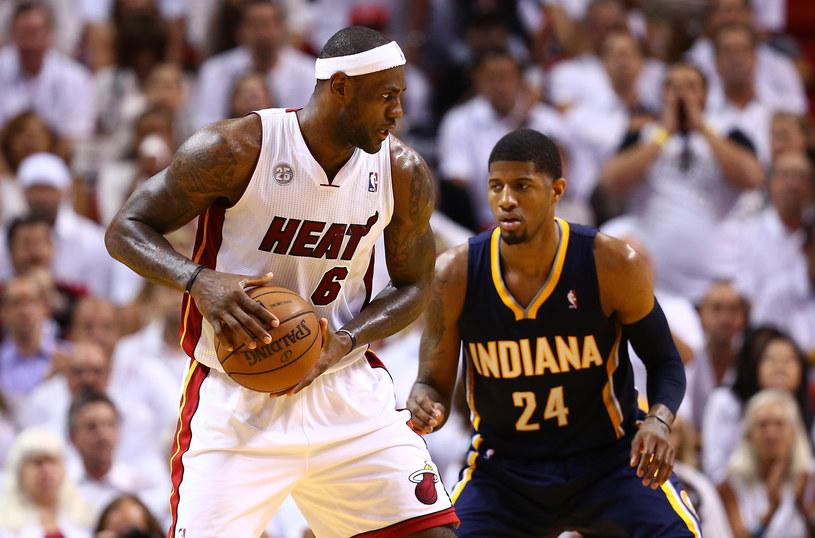 Paul George z Indiana Pacers blokuje gwiazdora Miami LeBrona Jamesa /AFP