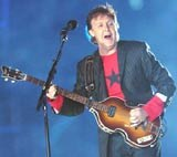 Paul McCartney podczas wystepu na Super Bowl /AFP