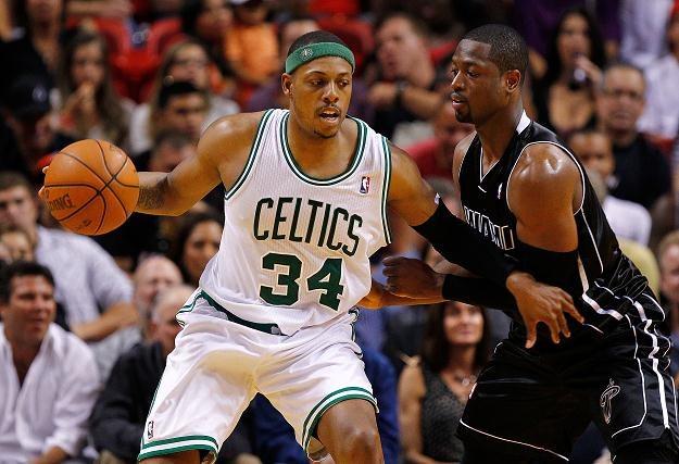Paul Pierce (Celtics, z lewej) i Dwyane Wade (Heat) /AFP