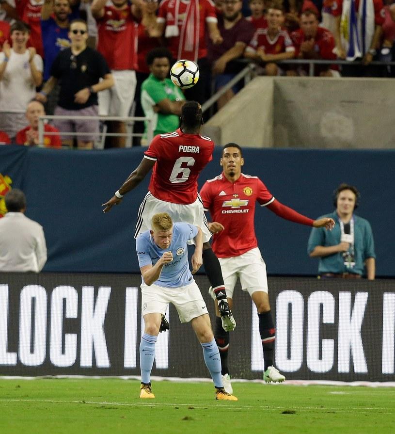 Paul Pogba i Kevin de Bruyne walczyli już w derbach Manchesteru. Teraz zabraknie w nich Francuza. /AFP