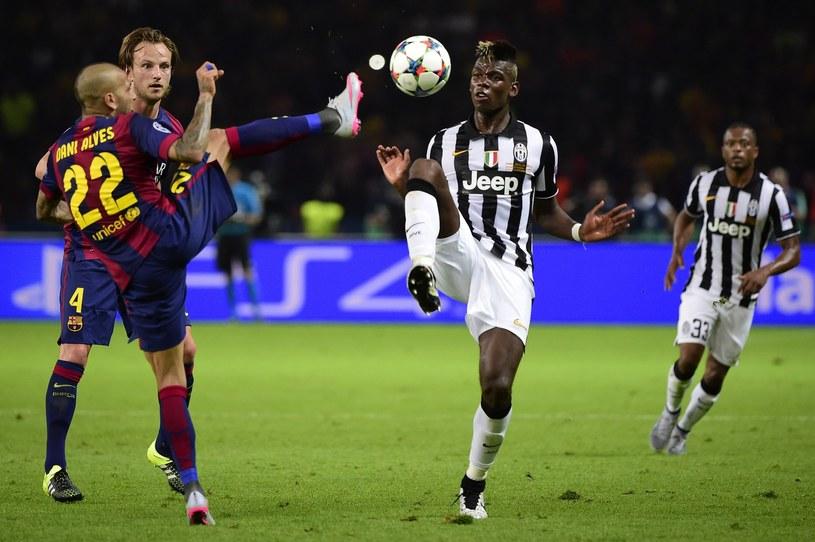 Paul Pogba (przy piłce) jest celem transferowym Barcelony /AFP
