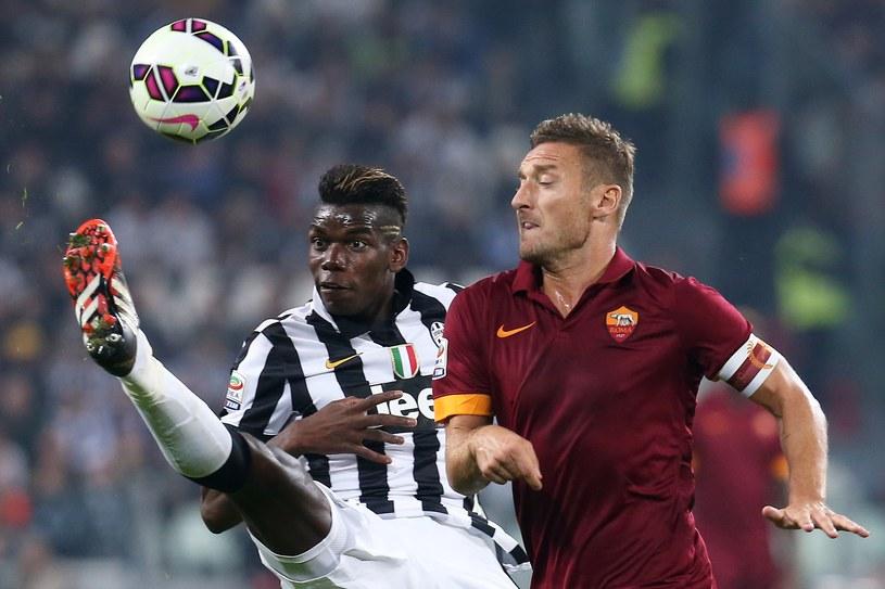 Paul Pogba z Juventusu walczy z kapitanem Romy - Francesco Tottim. /AFP
