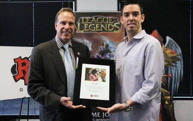 Paul Schulz z Czerwonego Krzyża oraz Marc Merrill z Riot Games z czekiem od graczy League of Legends /Informacja prasowa