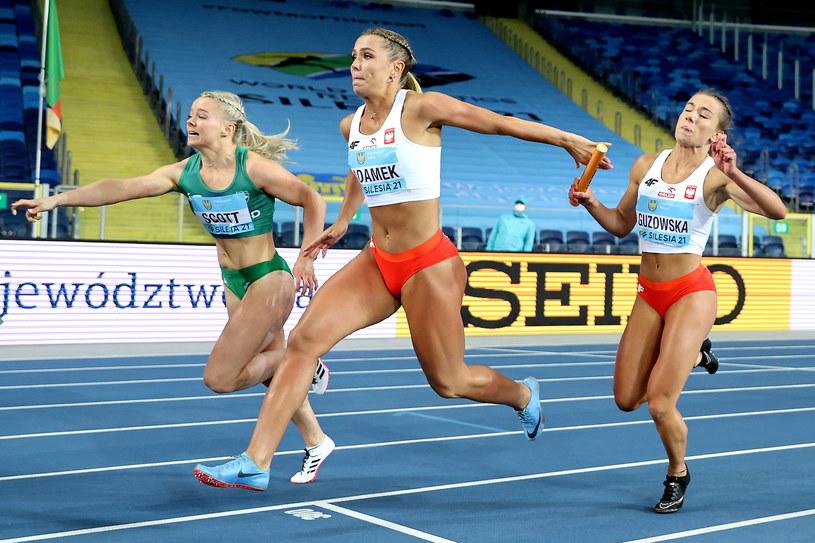 Paulina Guzowska (z prawej) i Klaudia Adamek w biegu eliminacyjnym 4x100 m /Andrzej Grygiel /PAP
