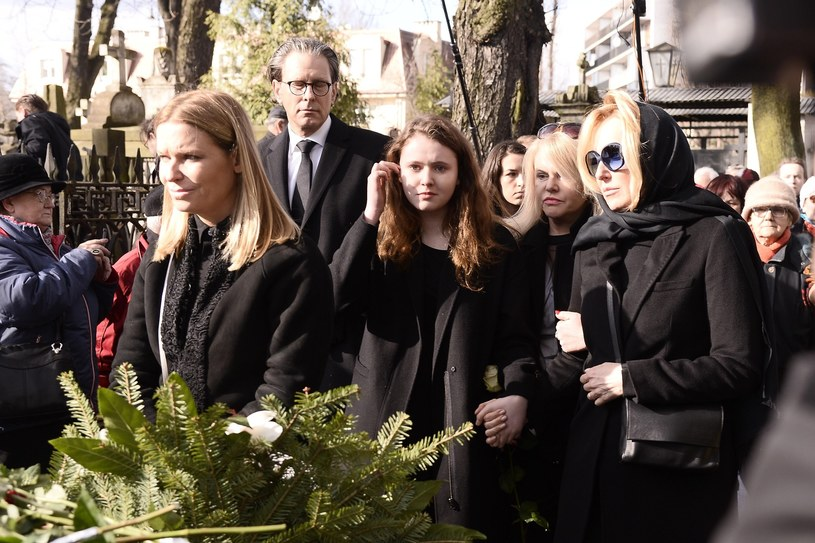 Paulina i Agata Młynarskie na pogrzebie ojca /Tricolors /East News