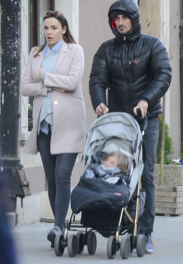 Paulina i Sebastian z córką /Foto IP
