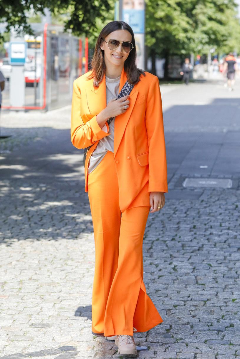 Paulina Krupińska wybrała outfit w pomarańczowym kolorze /Norbert Nieznanicki /AKPA
