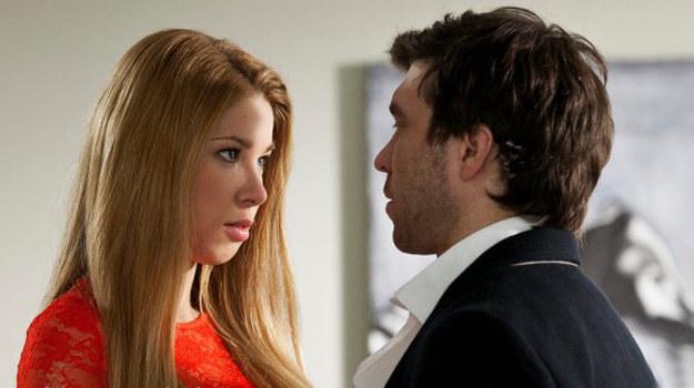 - Paulina zauroczy Roberta, który chwilowo straci dla niej głowę. Nagrywaliśmy już gorące sceny z pocałunkami, między innymi na stole w biurze - mówi Milena Suszyńska. /ARTRAMA