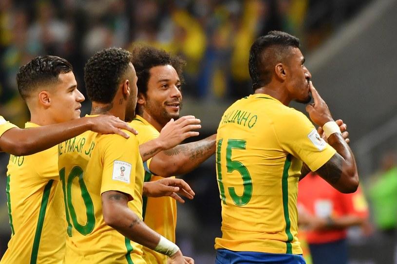Paulinho (z prawej) celebruje gola /AFP