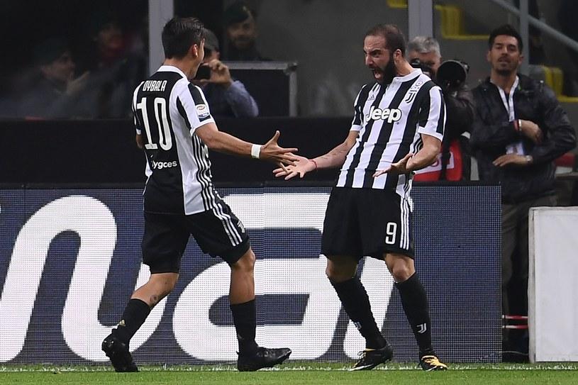 Paulo Dybala i Gonzalo Higuain cieszą się z trafienia na San Siro /AFP