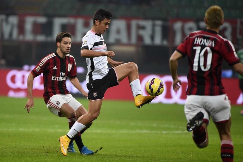 Paulo Dybala przy piłce. Mecz US Palermo - AC Milan /AFP