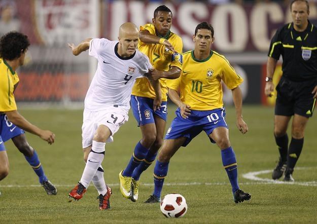 Paulo Henrique Ganso (z numerem 10.) w meczu Brazylii z USA. /AFP