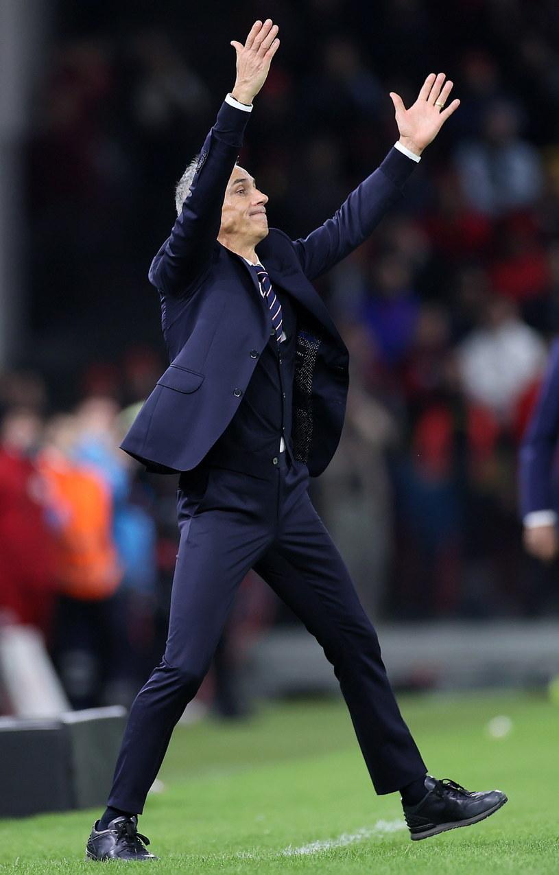 Paulo Sousa dyryguje zespołem podczas meczu Albania - Polska / Leszek Szymański    /PAP