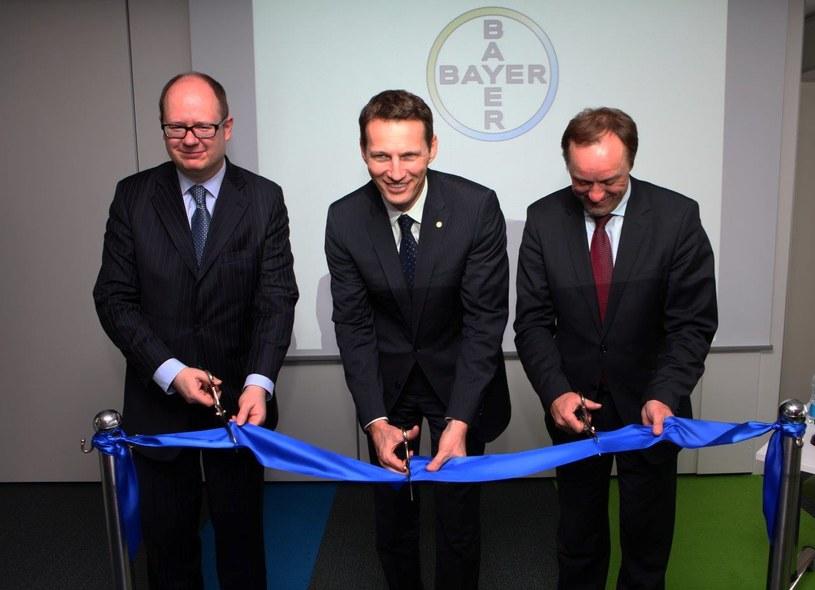 Paweł Adamowicz (L), prezydent Gdańska, Christophe Dumont (Ś), prezes Bayer sp. z o.o., Mieczysław Struk (P), marszałek województwa /&nbsp
