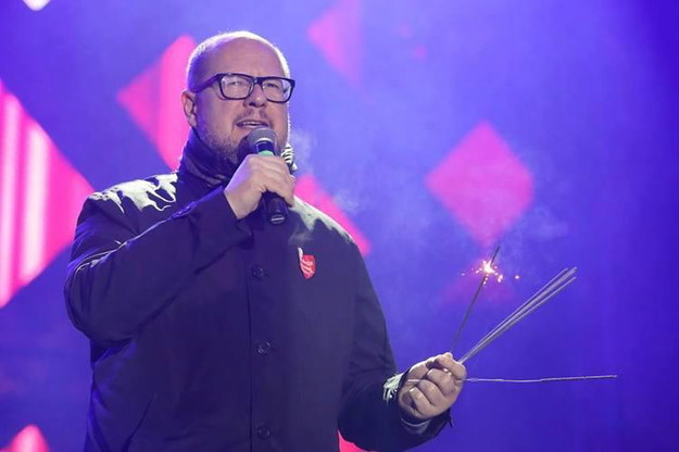 Paweł Adamowicz przemawia ze sceny podczas gdańskiego finału WOŚP /Grzegorz Mehring/www.gdansk.pl /PAP/EPA