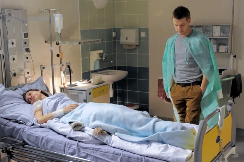 Paweł będzie czuwał przy Jane w szpitalu. /Agencja W. Impact
