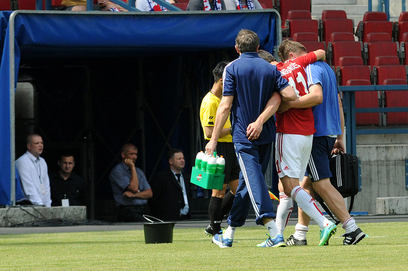 Paweł Brożek opuszcza boisko w meczu z Górnikiem Zabrze /Joanna Żmijewska /INTERIA.PL
