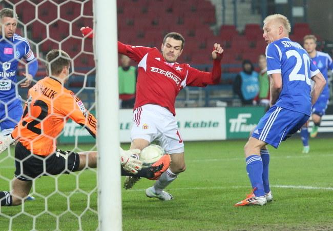 Paweł Brożek (w środku) strzelił jednego gola Puszczy Niepołomice /Stanisław Rozpędzik /PAP