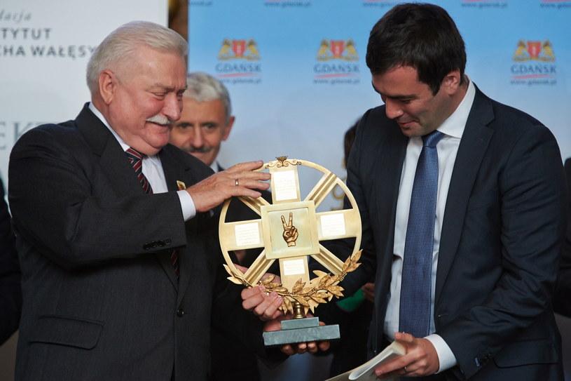 Paweł Chodorkowski (P) w imieniu ojca - rosyjskiego biznesmena Michaiła Chodorkowskiego, odbiera Nagrodę Lecha Wałęsy z rąk byłego prezydenta RP /Adam Warżawa /PAP