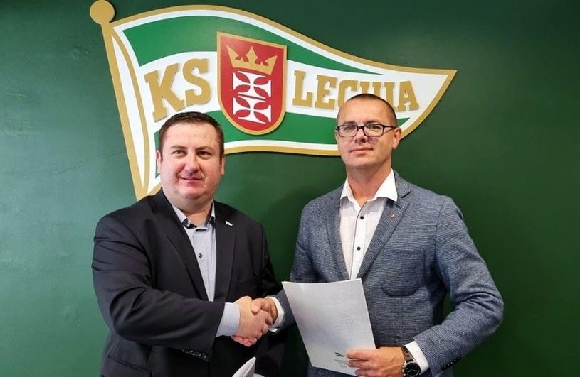 Paweł Cięszczyk rektor AWFiS Gdańsk i Paweł  Żelem prezes Lechii Gdańsk po podpisaniu umowy o współpracy /