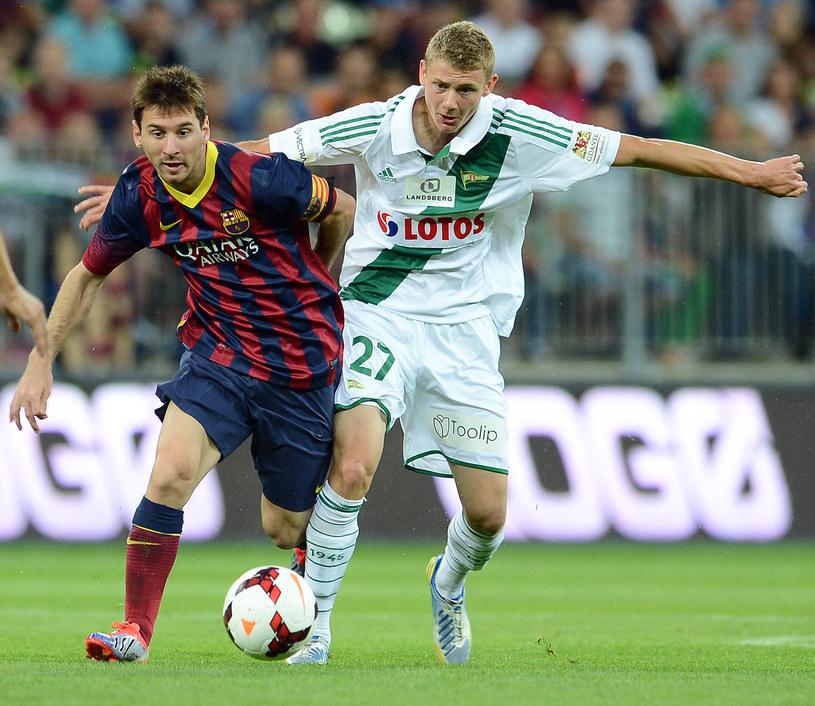 Paweł Dawidowicz walczy z Messim w czasie towarzyskiego mecz Lechia - Barcelona /AFP
