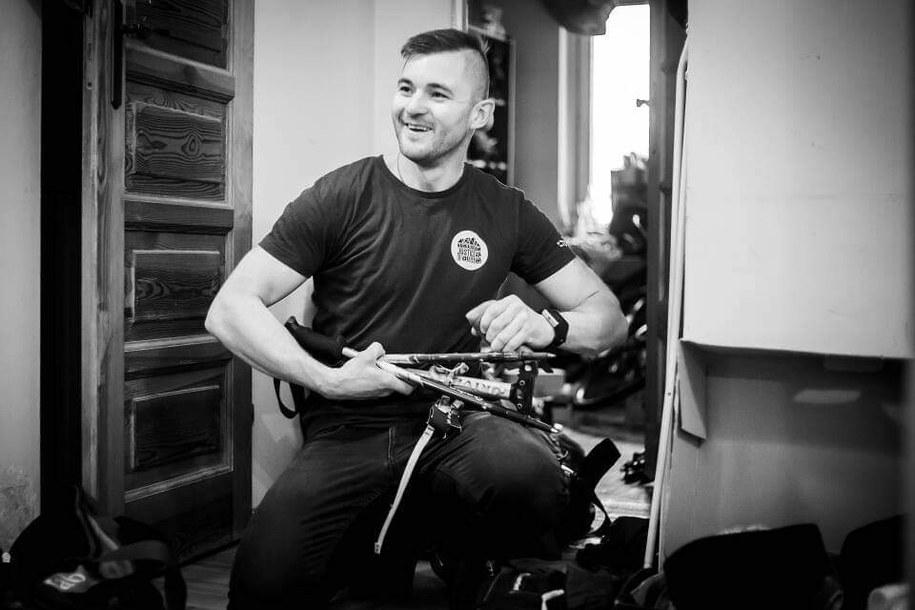 Paweł Dunaj podczas pakowania na wyprawę na K2, fot. Michał Obrycki /