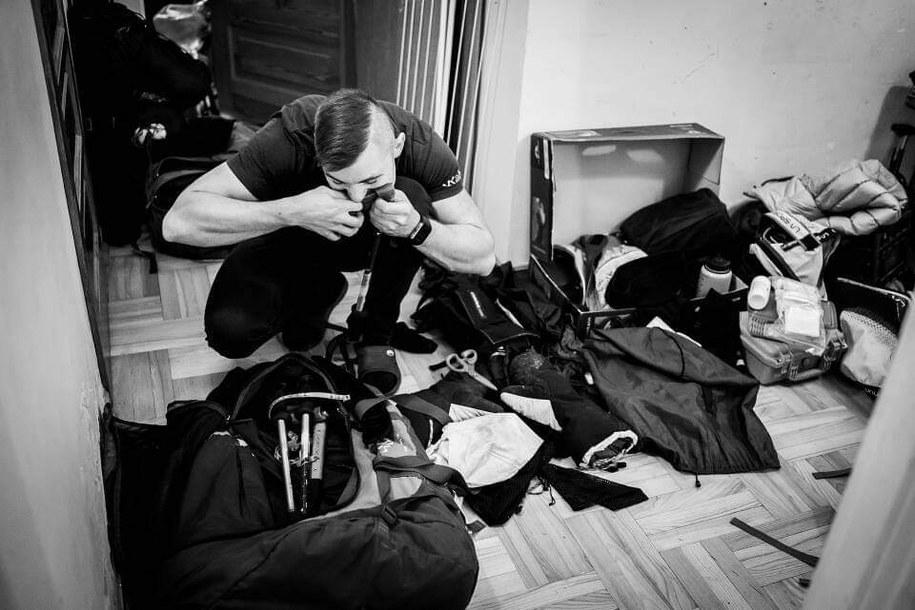 Paweł Dunaj podczas pakowania na wyprawę na K2 /Michał Obrycki /