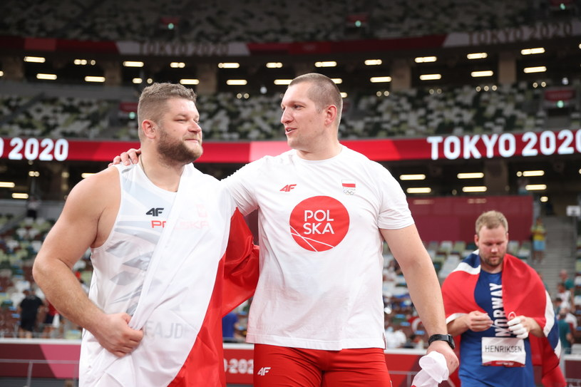 Paweł Fajdek i Wojciech Nowicki po konkursie finałowym w rzucie młotem IO Tokio 2020 /DIEGO AZUBEL /PAP/EPA