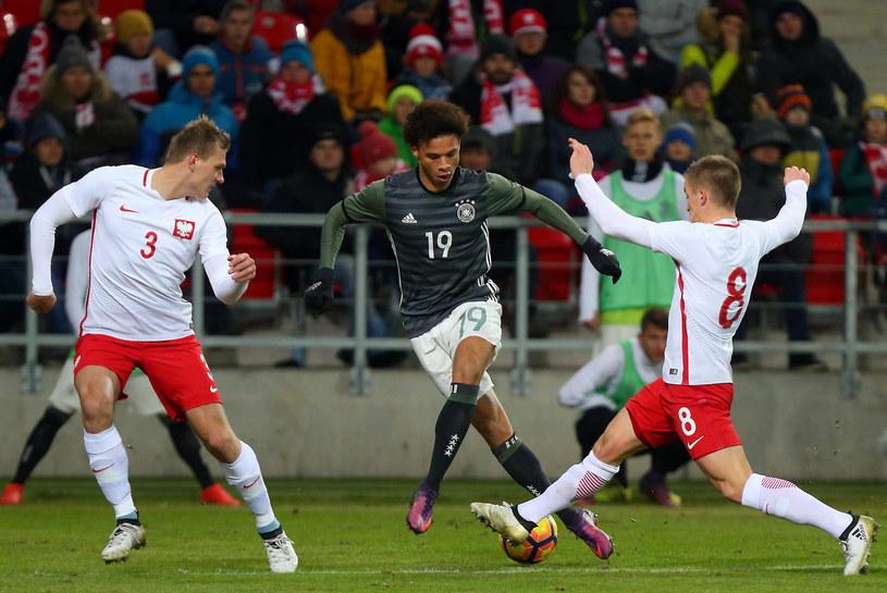 Paweł Jaroszyński, Leroy Sane (Niemcy) i Radosław Murawski w ostatnim towarzyskim spotkaniu z Niemcami (1-0) /Grzegorz Celejewski /