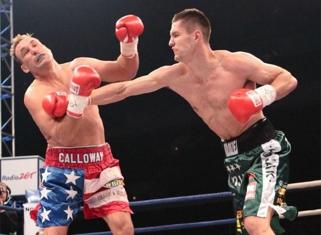 Paweł Kołodziej posyła na deski Amerykanina Roba Calloway'a, Fot. Sebastian Andrzejczyk /bokser.org