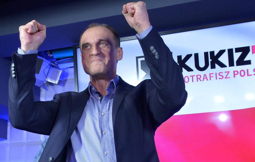 Paweł Kukiz cieszy się z sondażowych wyników wyborów /Marcin Obara /PAP