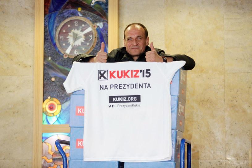 Paweł Kukiz, podczas składania w Państwowej Komisji Wyborczej, podpisów wymaganych do rejestracji jako kandydata /Leszek Szymański /PAP
