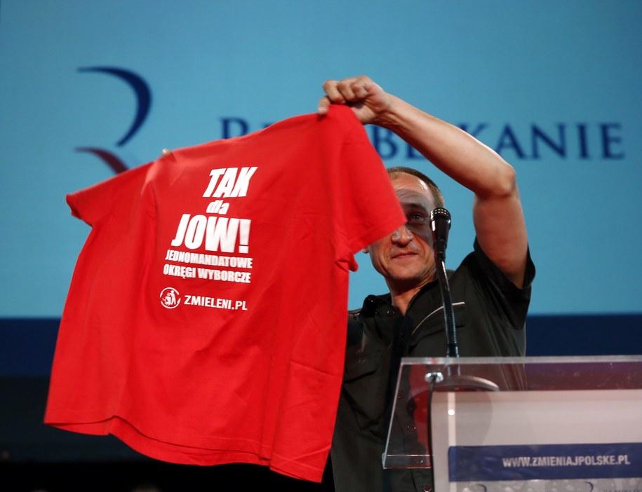 Paweł Kukiz z koszulką z hasłem popierającym JOW-y / Tomasz Gzell    /PAP