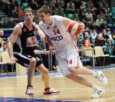 Paweł Mróz (z piłką), fot: Sebastian Borowski /Agencja Przegląd Sportowy