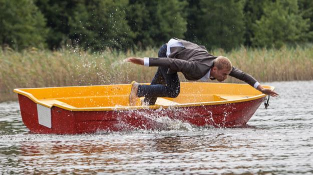 Paweł obudzi się skulony w łódce. Bez wioseł, na środku jeziora – i z gigantycznym bólem głowy na dokładkę. A do brzegu będzie daleko... /Mikołaj Tym / Aktiv Media /materiały prasowe