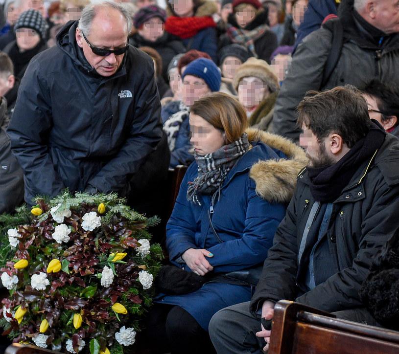 Paweł Wawrzecki pojawił się na pogrzebie Agnieszki Kotulanki. Złożył kondolencje jej dzieciom - Katarzynie i Michałowi /Bunner /Newspix
