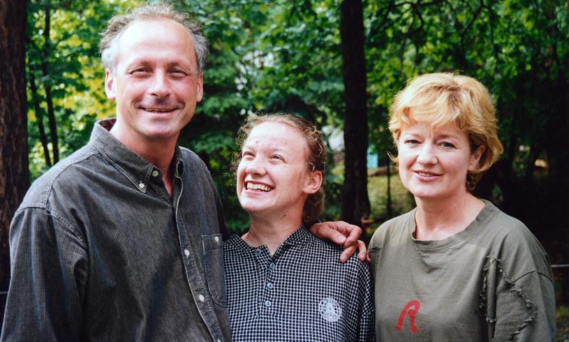 Paweł Wawrzecki z córką Anną i Barbarą Winiarską, 2001 r. /Marek Szymański /Agencja FORUM
