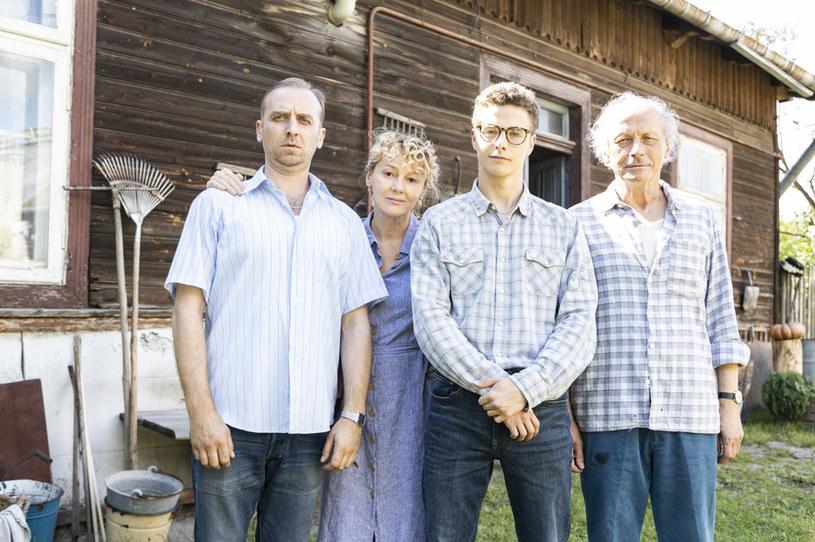 """Paweł Wawrzecki (z prawej) na planie serialu """"Kowalscy kontra Kowalscy"""" /Maria Wytrykus /Polsat"""