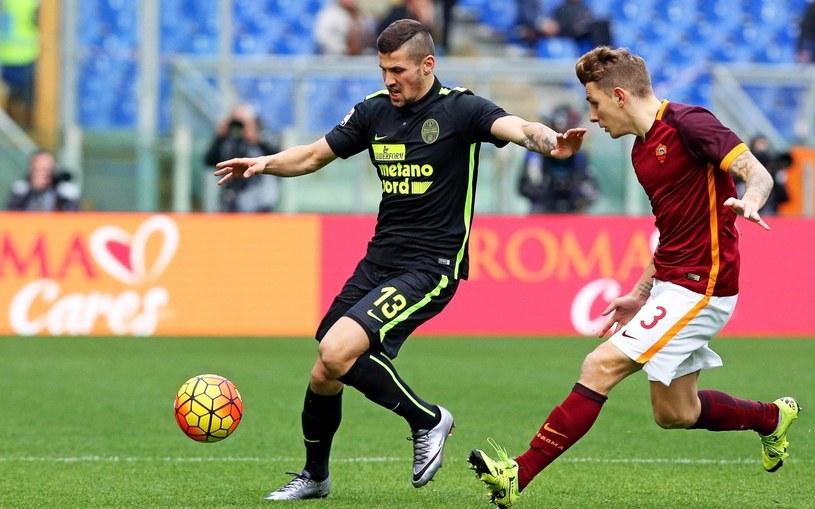 Paweł Wszołek (w ciemnym stroju) w akcji w meczu z Romą /PAP/EPA