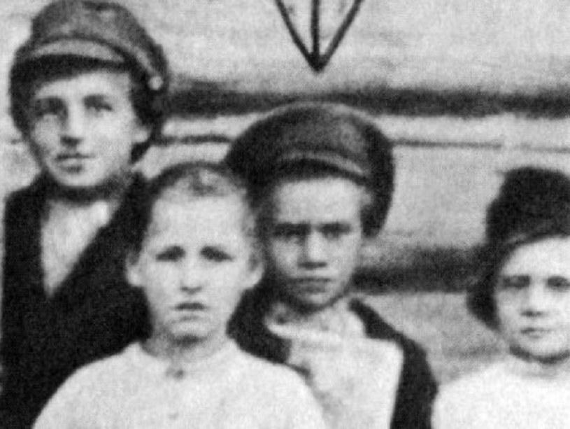 Pawlik Morozow (w środku) na jedynym znanym zdjęciu /Wikimedia Commons /INTERIA.PL/materiały prasowe